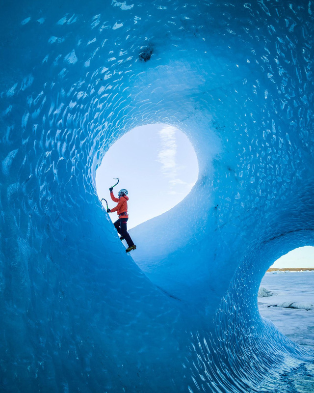 Đây là bức ảnh một bạn thân của tôi- Klemen Premrl tại Iceland. Tôi nói Iceland (tảng băng trôi) theo nghĩa đen đấy, nó di chuyển không ngừng. Thật may thay tôi vẫn bình tĩnh và chắc tay máy để bắt được khoảnh khắc tuyệt đẹp này.