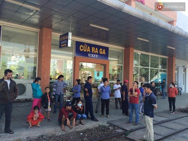 Nhiều hành khách đứng chờ trước cửa nhà ga