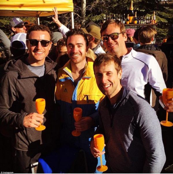 Leif cùng những anh bạn uống champagne ăn mừng sau khi trượt tuyết xong.