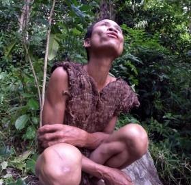 Lang và cha mình ăn mọi thứ mà họ tìm thấy còn sống trong rừng, trừ côn trùng.