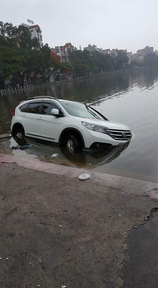 Chiếc Honda CR-V bị trôi ra hồ Thành Công.