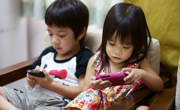 Những đứa bé không còn quấn quít lấy ông bà, cha mẹ, không còn chạy tung tăng vui đùa, mà suốt ngày chỉ biết chăm chú vào chiếc smartphone.