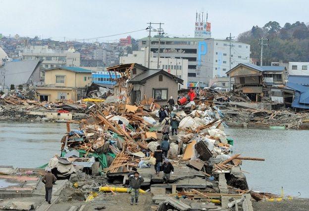 Đường phố sau sóng thần ngập chìm trong rác (Ảnh: Getty Images)