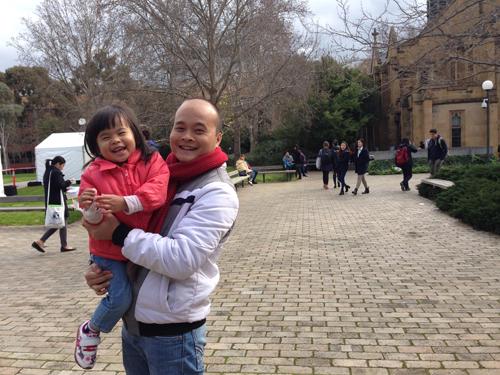 Cô bé Khánh Linh - con gái anh Hoàng nói tiếng Anh như tiếng Việt.