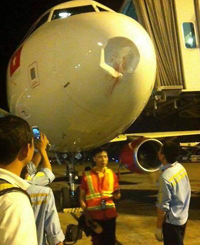 Tối 30/9/2015, một chiếc máy bay Airbus hạ cánh xuống Nội Bài (Hà Nội) trong tình trạng mũi bị móp méo, buộc phải dừng khai thác để sửa chữa.