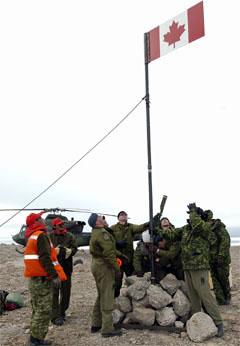 Binh sĩ Canada dựng cờ và chôn rượu tại Hans Island