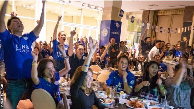 (Cộng đồng fan của Leicester tại Thái Lan đang dần lớn mạnh và ngày hội tụ của họ tại trụ sở King Power là một cảnh tượng khá đặc sắc trong mùa giải này)