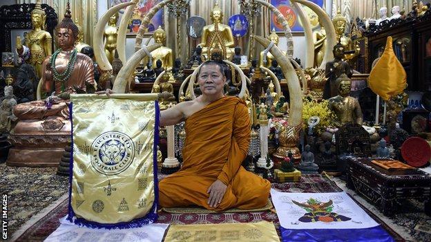 (Phra Prommangkalachan là một trong những nhà sư Thái đến Anh rất thường xuyên để cầu phúc cho đội Leicester trong ba năm qua.)