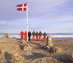 Binh sĩ Đan Mạch dựng cờ và chôn rượu tại Hans Island