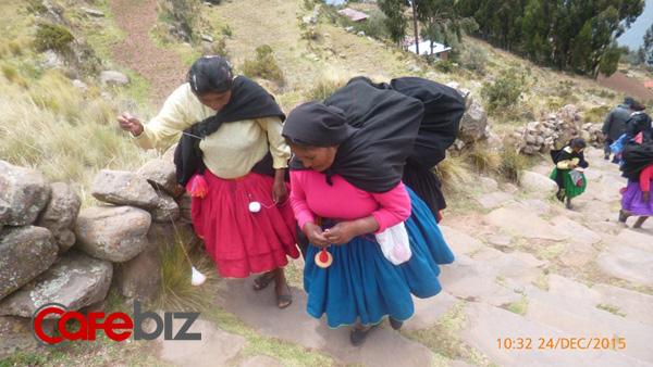 Những phụ nữ bản địa đi đâu cũng cầm con xe để xe len.