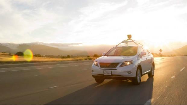 Một chiếc xe tự động của Google với bộ đo khoảng cách bằng laser trên nóc xe.