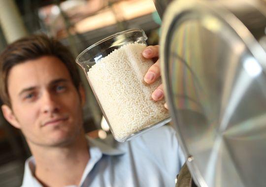 Mark Herrema cho xem một lọ hạt nhựa được làm từ khí Mê-tan tái chế