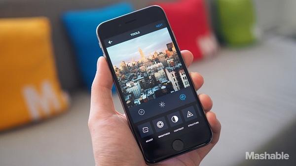 Trung bình một người dùng thường bỏ lỡ mất 70% ảnh được chia sẻ từ bạn bè. Ảnh Mashable.