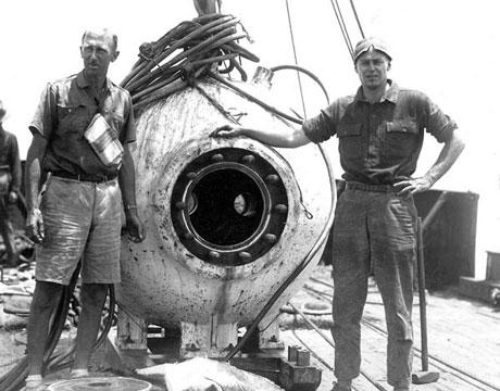 Nhà thám hiểm William Beebe ( bên trái)