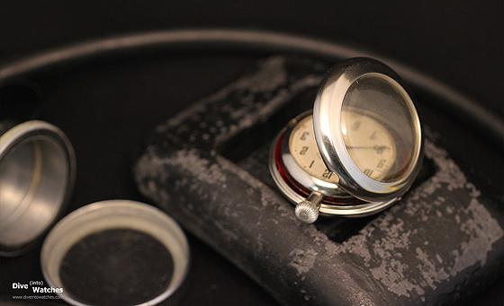 Đồng hồ bỏ túi và vỏ phụ được gắn bên trong mũ lặn