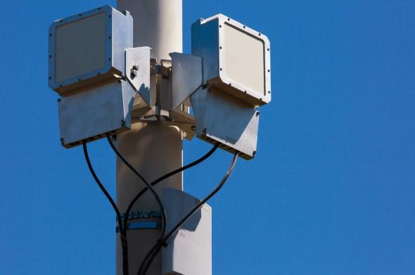 Thiết bị phát tín hiệu được gắn trên một cột đèn