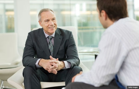 Việc nói chuyện với sếp của mình ở đây có nghĩa là bạn có thể tham gia thảo luận, nhận được những lời hướng dẫn từ chính người sếp của bạn để có thể vượt qua khó khăn. Đó chính là trách nhiệm cần có của những người sếp và nhà lãnh đạo.