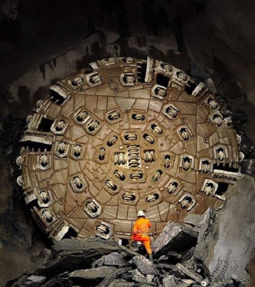 Máy đào hầm dùng trong thi công công trình này. Việc khoan sâu và trong lòng núi đá không phải là một điều dễ dàng. Các kĩ sư đã phải loại bỏ tới 73 loại đá khác nhau, từ những những loại có kết cấu lòng lẻo như đường cho đến loại đá có kết cấu vững chắc như granite.