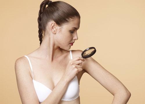 Kiểm tra da là việc bạn chú ý từng đốm nhỏ trên cơ thể, từ tàn nhanh đến nhưng nốt ruồi có tuổi