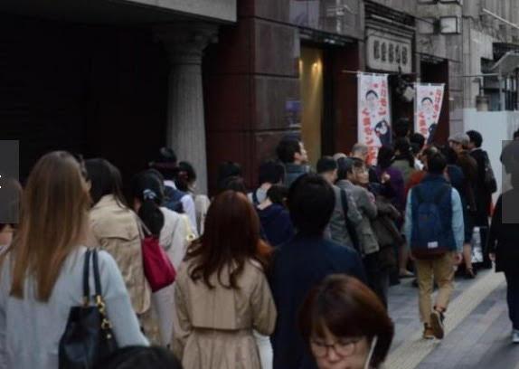 Hàng dài người dân xếp hàng từ sớm trước cửa hàng đặc sản Kumamoto ở Ginza - Tokyo - Nhật (Ảnh: Yahoo Japan)