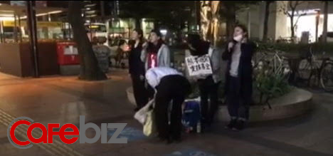 Những người dân hát trên phố để quyên tiền ủng hộ cho nạn nhân động đất tại Kumamoto (H. Quang)