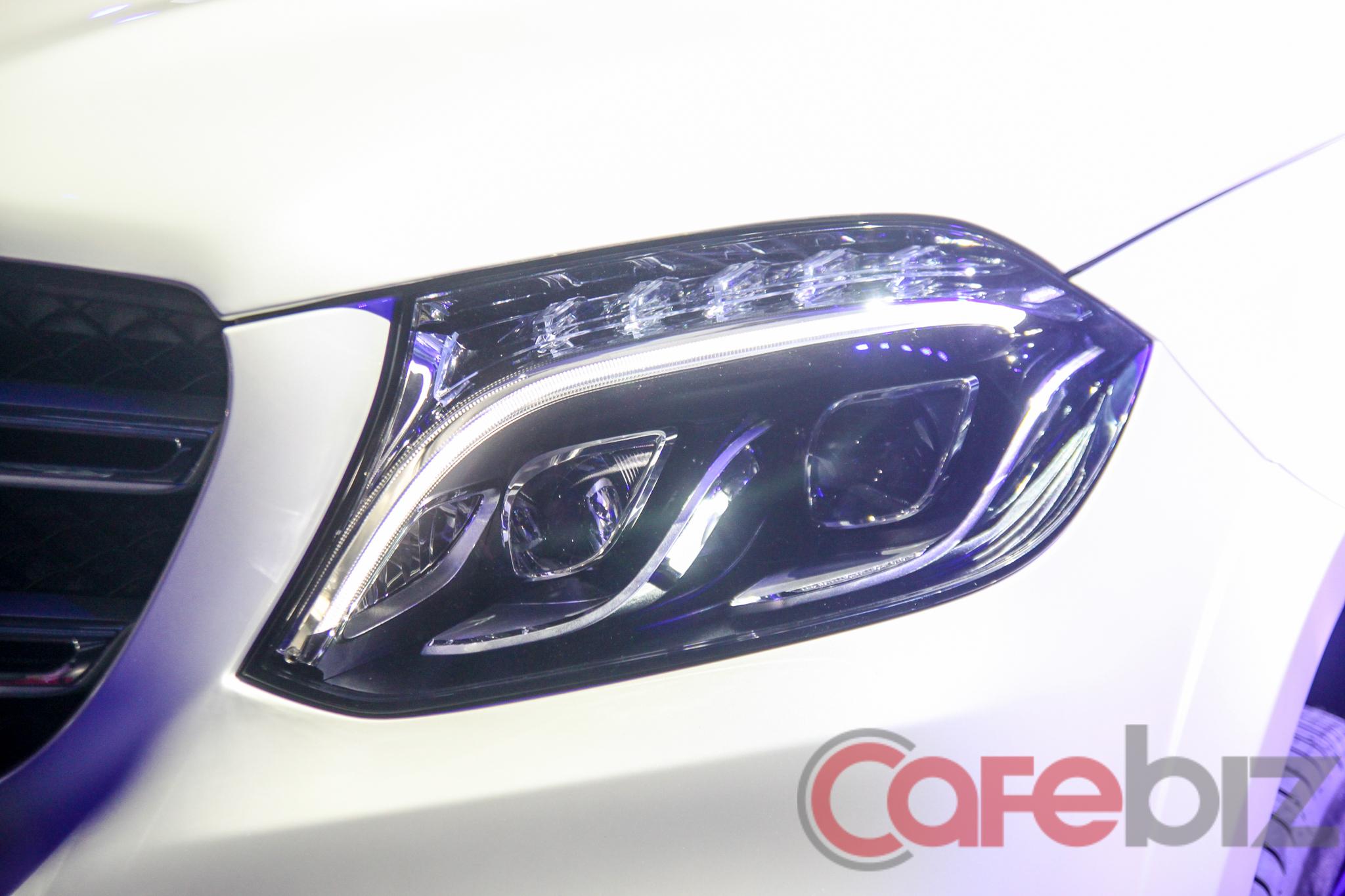 Cụm đèn pha khó có thể nhầm lẫn của Mercedes-Benz.