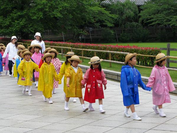 Cho dù thời tiết có khắc nghiệt như thế nào, mưa, tuyết hay nắng thì học sinh ở Nhật vẫn duy trì các hoạt động vui chơi, đi dạo, vận động ngoài trời như thế này.