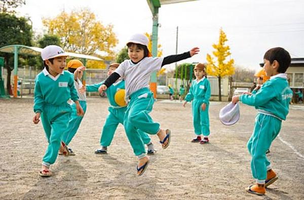 Học sinh được chia thành các nhóm để tự tổ chức vui đùa, chơi trò chơi cùng nhau.