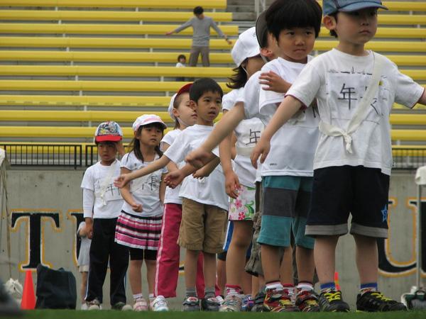 Các trường học ở Nhật thường xuyên tổ chức các ngày hội thể thao như một hoạt động đặc biệt để giúp các em yêu thích vận động hơn và biến nó thành một thói quen hàng ngày.
