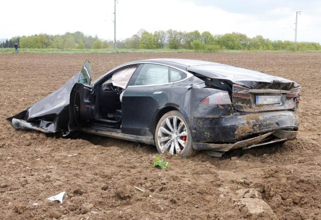 Phần đuôi xe cũng bẹp dúm sau tai nạn.