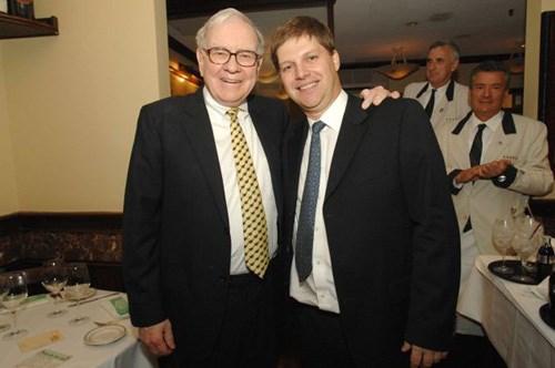 Warren Buffett (trái) và Guy Spier (phải). Ảnh: Guy Spier