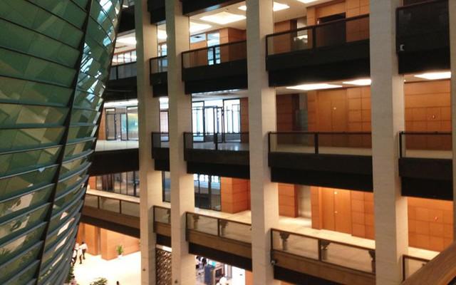 Toà nhà gồm 5 tầng nổi và 2 tầng hầm. Tổng diện tích sàn khoảng 60.000m2, bao gồm 80 phòng họp lớn, nhỏ khác nhau.</p></div><div></div></div><p></p><p>