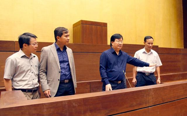 Bộ trưởng Bộ Xây dựng Trịnh Đình Dũng kiểm tra hệ thống âm thanh tại phòng họp chính sáng 6/10.</p></div><div></div></div><p></p><p>