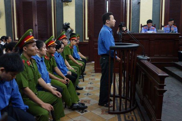 Tòa thẩm tra lý lịch các bị cáo - Ảnh: Thuận Thắng