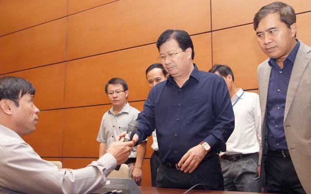 Bộ trưởng Trịnh Đình Dũng kiểm tra phòng họp báo.</p></div><div></div></div><p></p><p>