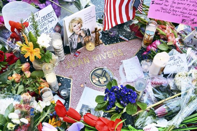Hoa và thiệp của những người thương tiếc danh tài huyền thoại bên ngôi sao của bà trên Đại lộ danh vọng.