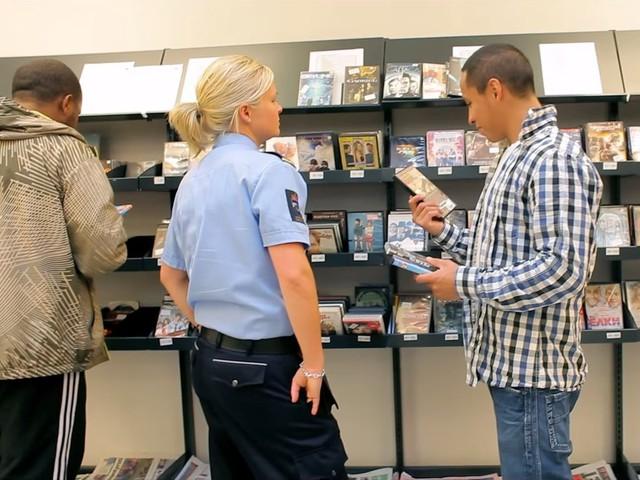 Một nữ cai ngục đang giúp tù nhân lựa chọn đĩa nhạc