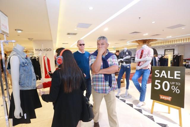Khách tham quan và mua sắm người nước ngoài