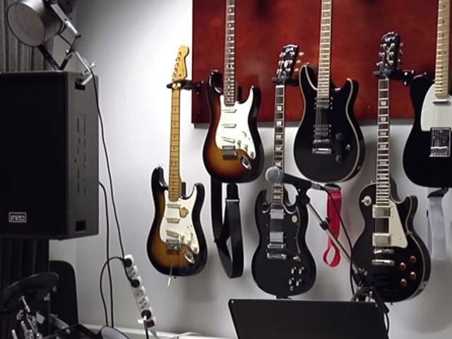 Các nhạc cụ bên trong phòng thu âm