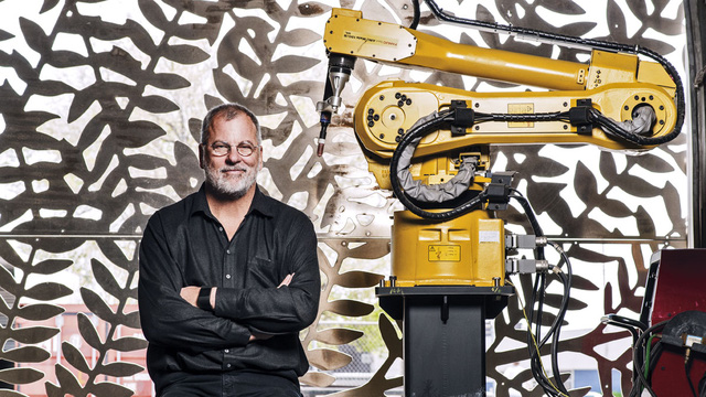 CEO Bill Zahner và robot.