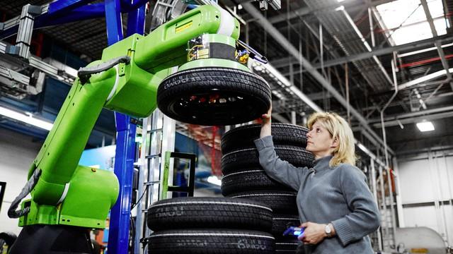 Robot làm việc trong nhà máy GM.