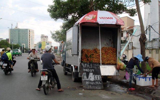 Vải đang có mặt ở chợ và khắp đường phố Sài Gòn ngày một nhiều hơn. Một xe bán vải ở cầu Điện Biên Phủ trưa 30-5, rao giá bán vải 14.000 đồng/ nửa kg. Ảnh Cù Mai Công.