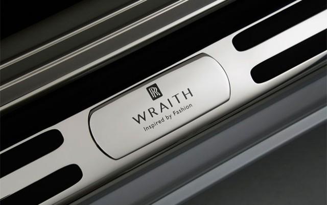 """Dòng xe Wraith có mức giá khởi điểm là 294.000 USD, nhưng giá của  phiên bản đặc biệt """"Lấy cảm hứng từ thời trang"""" có giá 362.025 USD."""