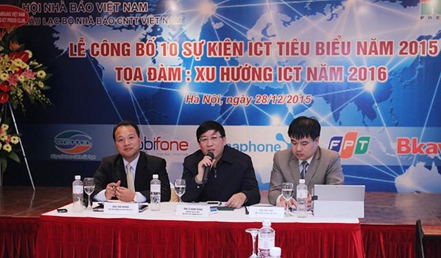Nguyên Thứ trưởng Lê Nam Thắng (ngồi giữa). Ảnh: Việt Hải.
