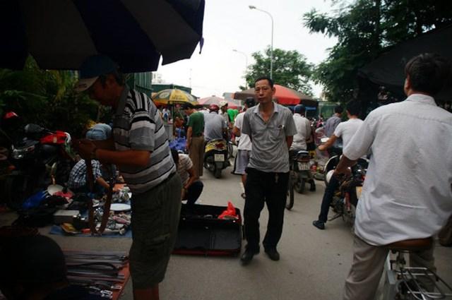 Chợ đông người đến xem và mua những đồ công nghệ cũ.