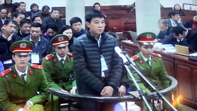Bị cáo Đỗ Tiến Long (cán bộ phòng tín dụng, Agribank Nam Hà Nội) thừa nhận đãcả nể, làm theo chỉ đạo của giám đốc - Ảnh: T.L chụp màn hình)