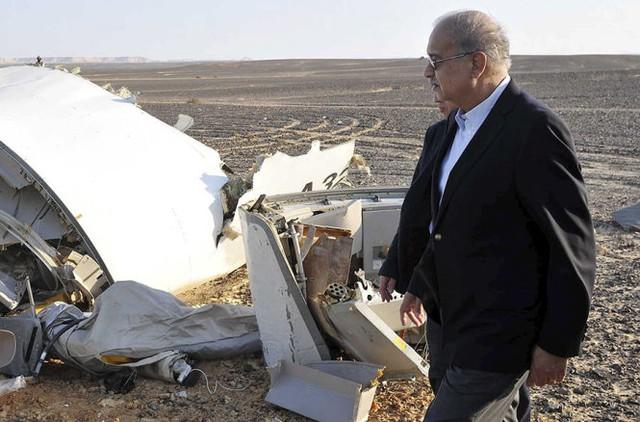 Thủ tướng Ai Cập Sherif Ismail tại đống đổ nát của chiếc máy bay - Ảnh: Reuters