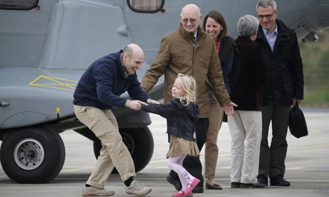 Nhà báo Nicolas Henin (trái) hạnh phúc trong ngày trở về với gia đình sau khi được IS trả tự do vào tháng 4-2014 - Ảnh: Reuters