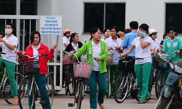 Lương tối thiểu của VN hiện đang ở mức thấp trong khu vực. Trong ảnh: công nhân ra về sau giờ làm việc tại Q.9, TP.HCM.
