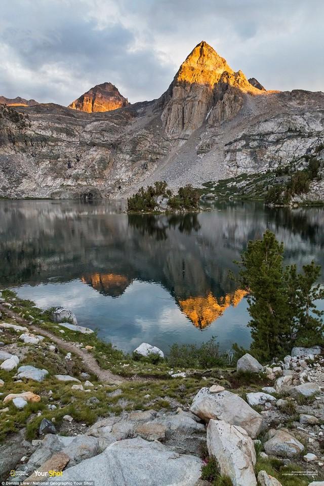 Cảnh bình minh lên trên hồ Rae trong vườn quốc gia Kings Canyon, Mỹ.